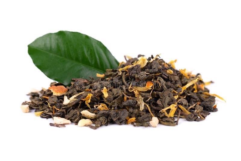 De groene thee van Ceylon met droge bloemen en geglaceerde sinaasappel, die op witte achtergrond worden ge?soleerd Sluit omhoog royalty-vrije stock afbeeldingen