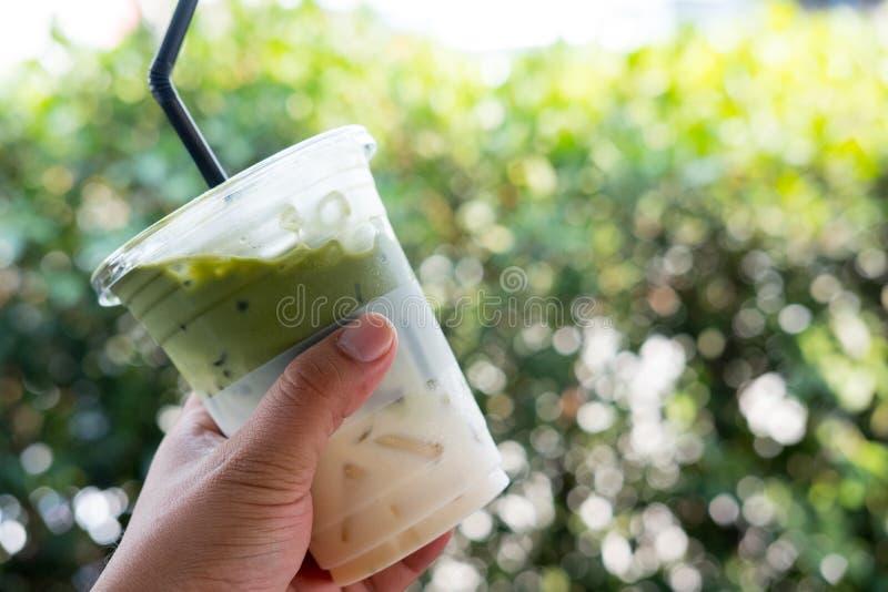 De groene thee van de ijsmelk in plastic glas Het concept is gemakkelijke drank voor reiziger royalty-vrije stock afbeelding