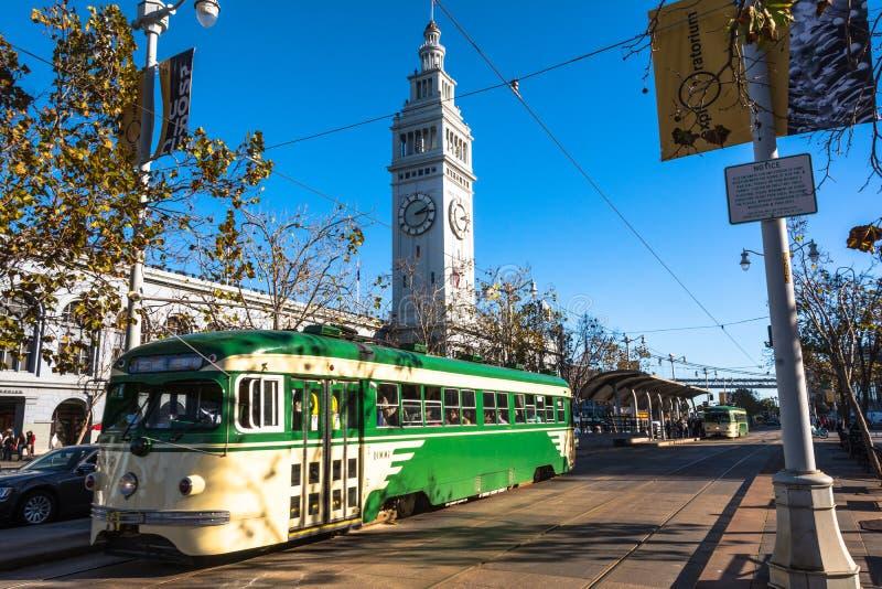 De groene tram in San Francisco stock afbeelding