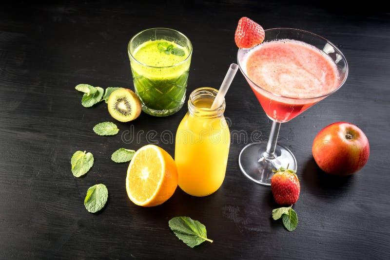 De groene van de het sapselectie van veganist vegetarische smoothie oranjerode appel stock fotografie