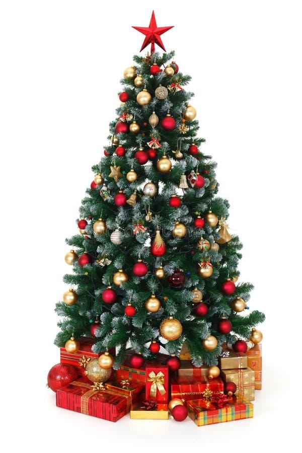 De groene verfraaide Kerstboom en stelt voor stock afbeeldingen
