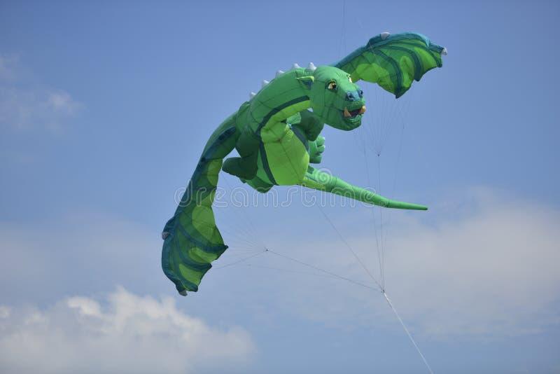 De groene vlieger van de draakvorm royalty-vrije stock afbeeldingen