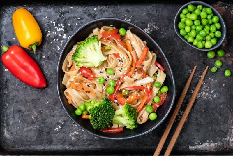 De groente beweegt gebraden gerecht met udonnoedels royalty-vrije stock afbeeldingen