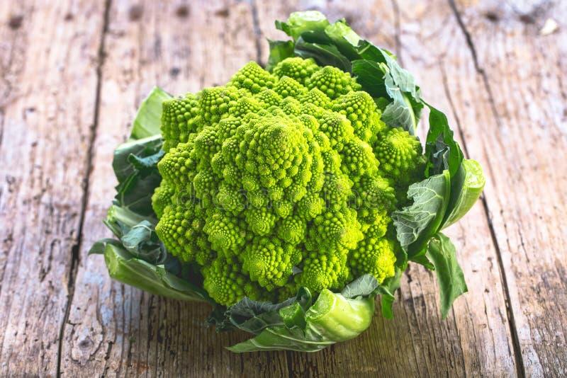 De groente van Romanescobroccoli vertegenwoordigt een natuurlijk fractal patroon en is rijk aan vitimans stock afbeelding