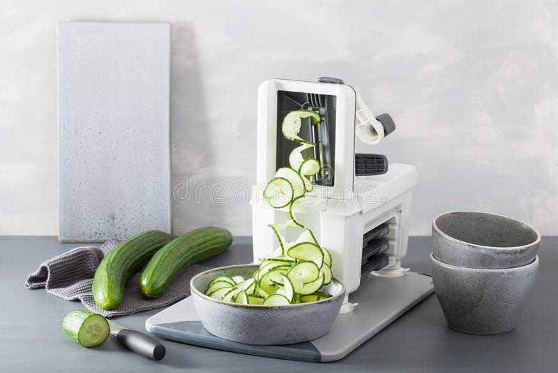 De groente van de Spiralizingskomkommer met spiralizer royalty-vrije stock foto