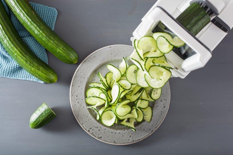 De groente van de Spiralizingskomkommer met spiralizer stock fotografie