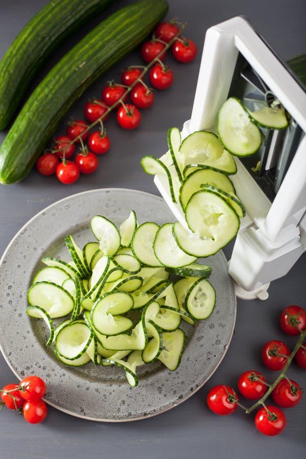 De groente van de Spiralizingskomkommer met spiralizer stock foto