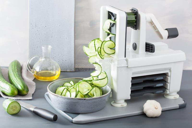 De groente van de Spiralizingskomkommer met spiralizer royalty-vrije stock fotografie
