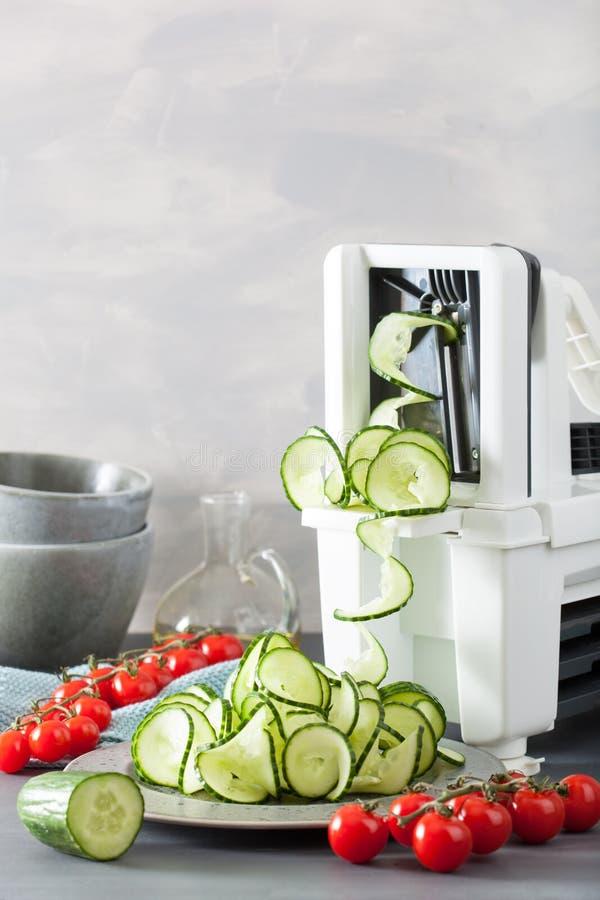 De groente van de Spiralizingskomkommer met spiralizer royalty-vrije stock foto's