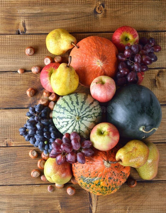 De groenten en de vruchten van de herfst stock foto's