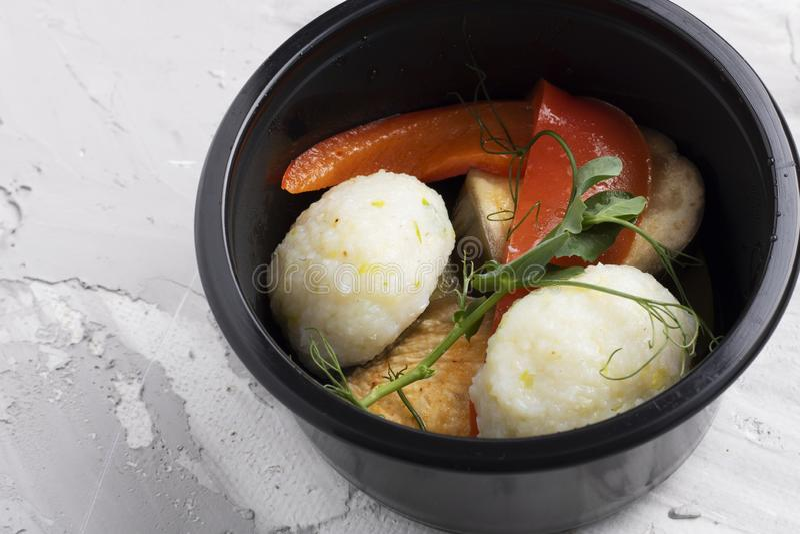 De groenten rolt, linzen en gestoomde vissen met peterselie in zwarte plastic voedselcontainer stock fotografie