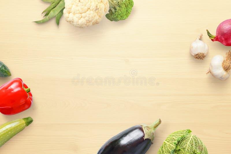 De groenten schikten keurig op een keukenlijst met vrije ruimte voor het toevoegen van tekst stock fotografie
