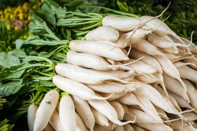 De groenten van de Daikonradijs bij Aziatische markt royalty-vrije stock foto