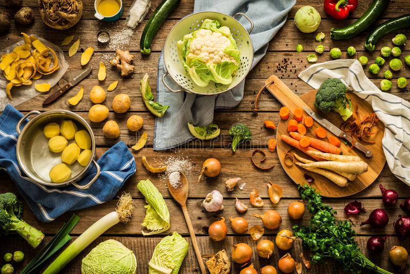 De groenten van de dalingsherfst in rustieke keuken, die voorbereidingen treffen te koken stock fotografie