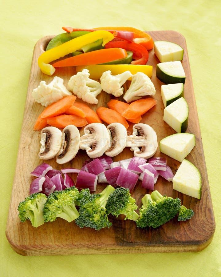 De groenten worden voorbereid op bewegen gebraden gerecht dat stock afbeeldingen