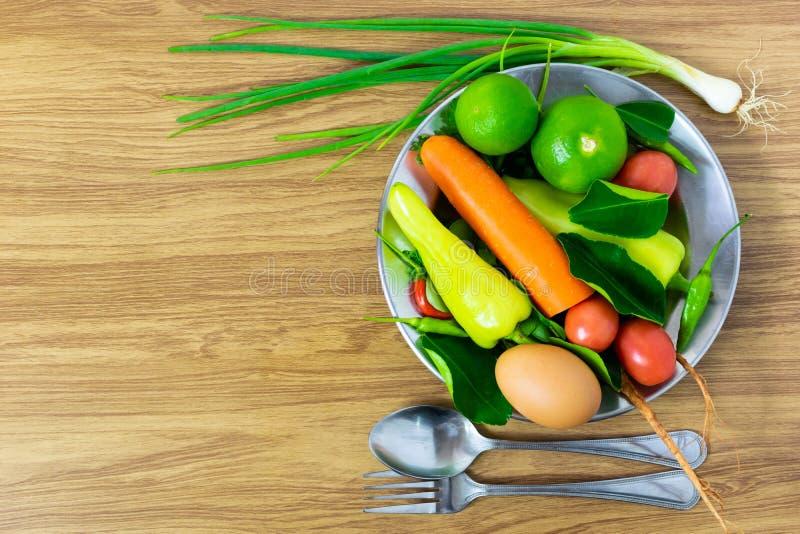 De groenten zijn in de plaat Gezonde voedsel schone het eten selectie royalty-vrije stock afbeelding