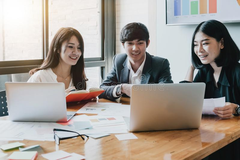 De groep Aziatische Bedrijfsmensen met toevallig kostuum werkt met stock foto's