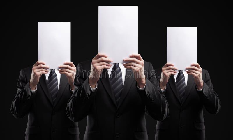 De groep bedrijfsmensen die een spatie houden ondertekent stock foto