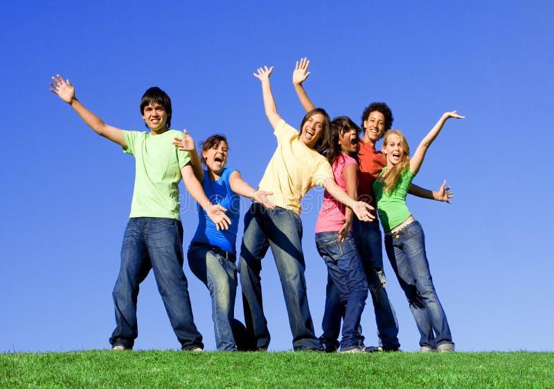 De groep die van tienerjaren pret heeft, stock foto's