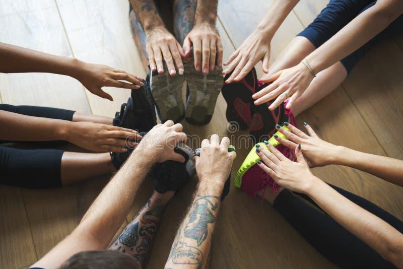 De groep diverse mensen sluit zich aan bij een yogaklasse stock afbeeldingen