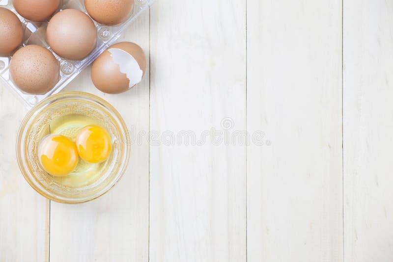 De groep ei op plastiek met ei twee in kom en de eierschaal streven na royalty-vrije stock afbeeldingen