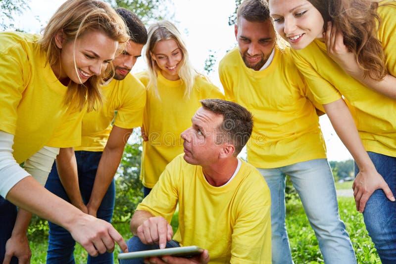 De groep gebruikt een tabletcomputer stock afbeeldingen