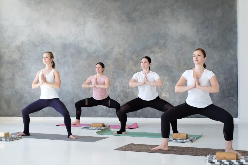 De groep geconcentreerde yogastudenten die rudrasana doen of de godin stelt royalty-vrije stock foto