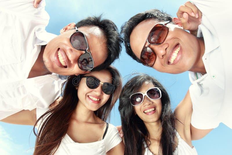 De groep gelukkige jongeren heeft pret op de zomerdag royalty-vrije stock foto