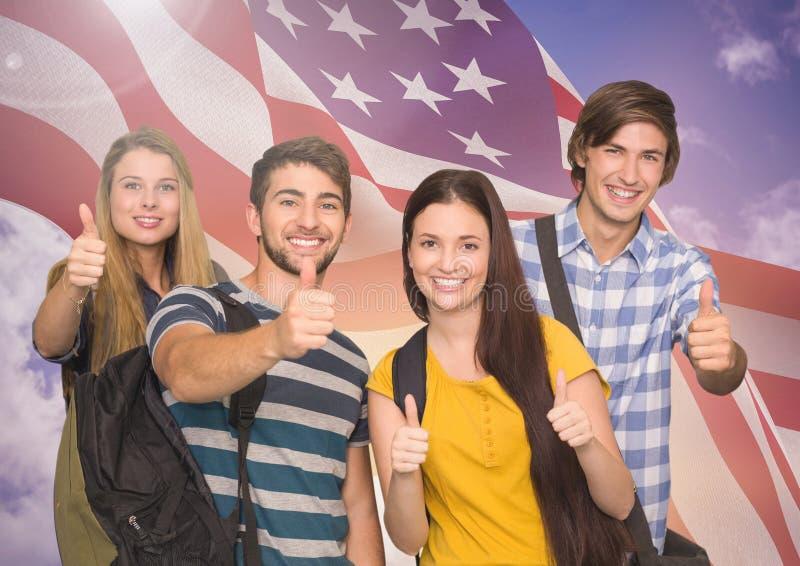 De groep gelukkige tieners die duimen tonen ondertekent omhoog tegen Amerikaanse vlag royalty-vrije stock foto's