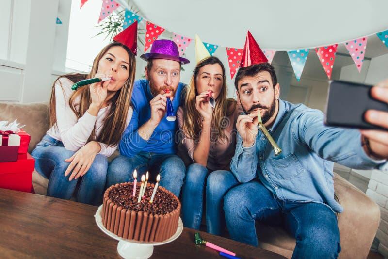 De groep gelukkige vrienden die verjaardag vieren maakt thuis selfie foto royalty-vrije stock afbeelding