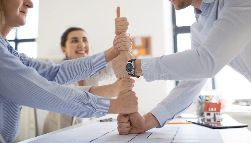 De groep het commerci?le team maken beduimelt omhoog gebaar stock afbeelding