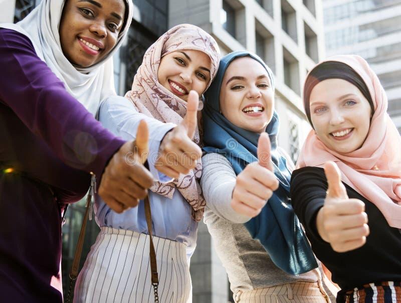 De groep het Islamitische vrouwen gesturing klopt omhoog royalty-vrije stock foto