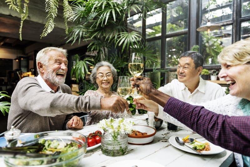 De groep Hogere Pensionering ontmoet omhoog Gelukconcept royalty-vrije stock afbeeldingen