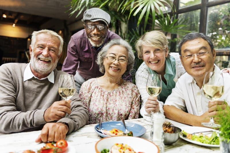 De groep Hogere Pensionering ontmoet omhoog Gelukconcept stock fotografie