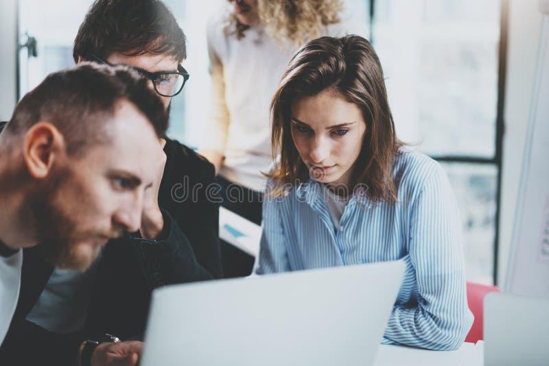 De groep jonge ondernemers zoekt een bedrijfsoplossing tijdens werktijd op zonnig kantoor Bedrijfs mensen stock fotografie