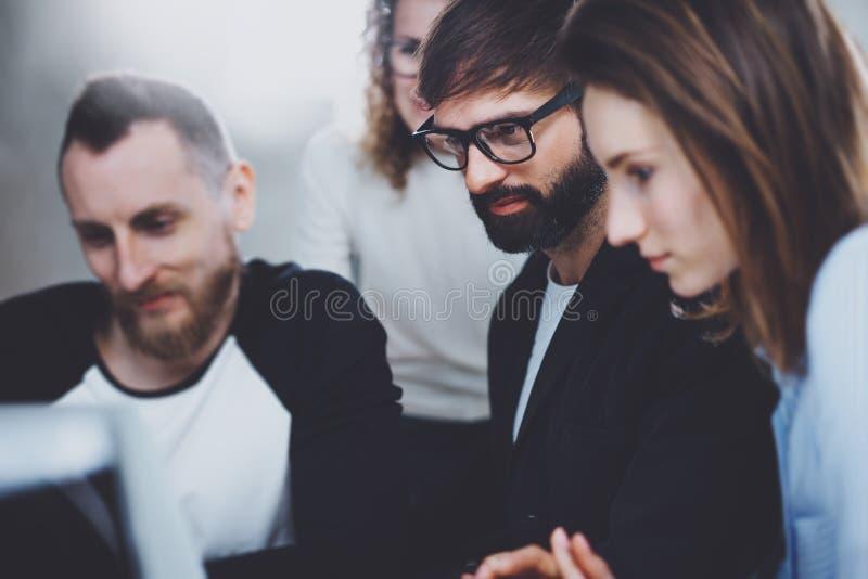 De groep jonge ondernemers zoekt een bedrijfsoplossing tijdens werktijd op zonnig kantoor Bedrijfs mensen royalty-vrije stock fotografie
