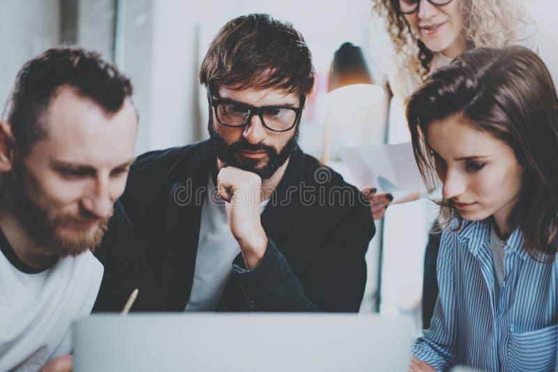 De groep jonge ondernemers zoekt een bedrijfsoplossing tijdens werktijd op zonnig kantoor Bedrijfs mensen stock foto