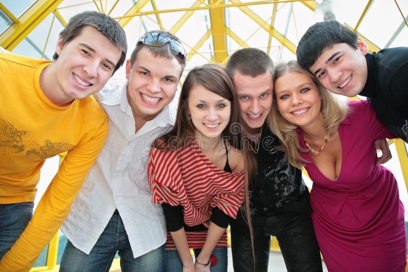 De groep jonge vrienden kijkt op u royalty-vrije stock afbeelding