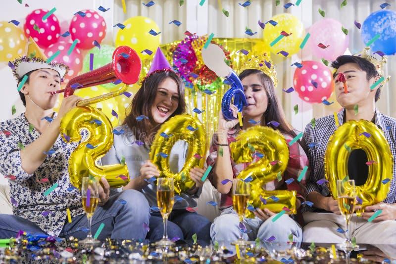 De groep jongeren viert nieuw jaar van 2020 royalty-vrije stock fotografie