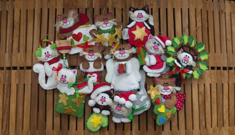 De groep katten met verschillende langs gemaakte ontwerpen dient schuimend voor Kerstmisdecoratie in royalty-vrije stock foto