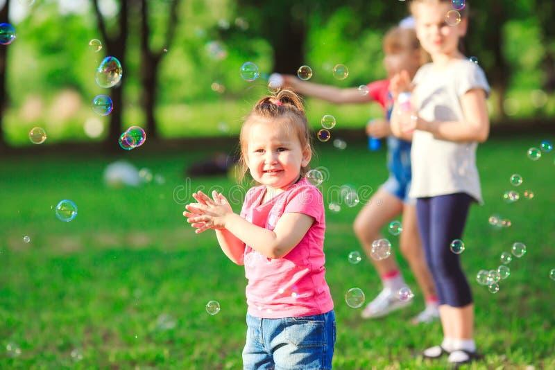 De Groep kinderen die zeepbels blazen royalty-vrije stock foto