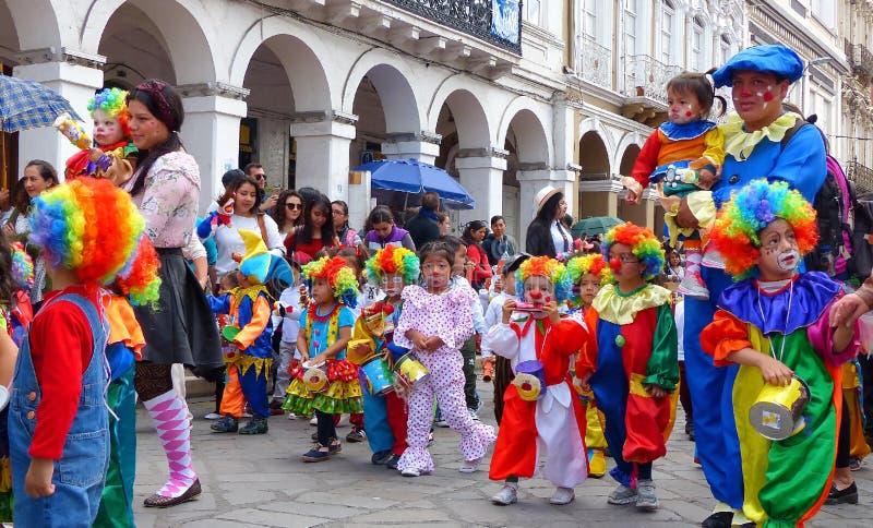 De groep kleine Kinderen kleedde zich in kleurrijke kostuums als clowns bij de parade stock foto