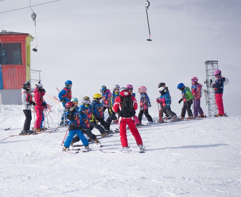 De groep kleine skiërs met instructeur treft voor de afdaling van het onderstel voorbereidingen Oostenrijk, Zams op 22 Februari 2 royalty-vrije stock afbeelding