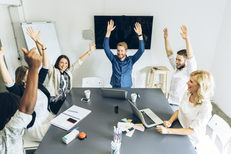 De groep medewerkers gelukkig als doel wordt bereikt royalty-vrije stock foto