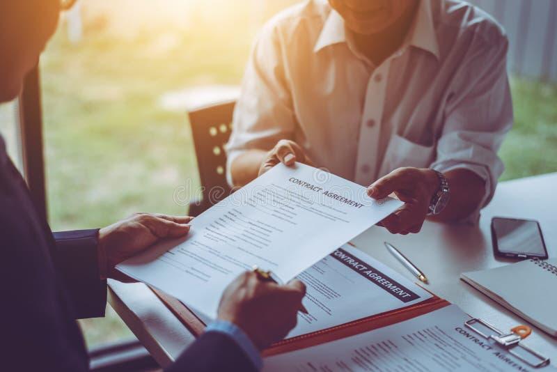 De groep middenleeftijds het Aziatische bedrijfsmensen en advocaten bespreken en ondertekent een contract stock afbeeldingen
