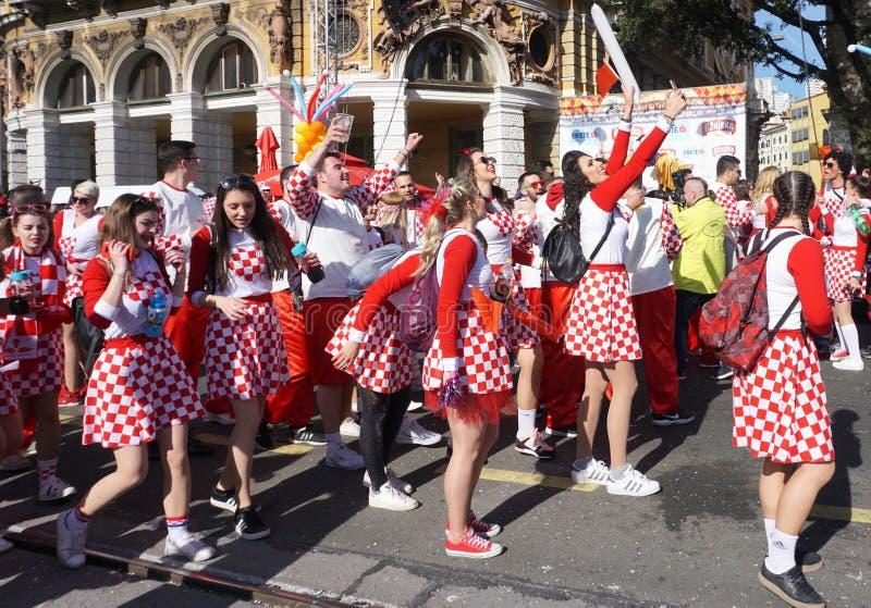 De groep Millennials kleedde zich in kostuum met Kroatisch nationaal patroon met rood en wit vierkant die en viert op dansen royalty-vrije stock foto's