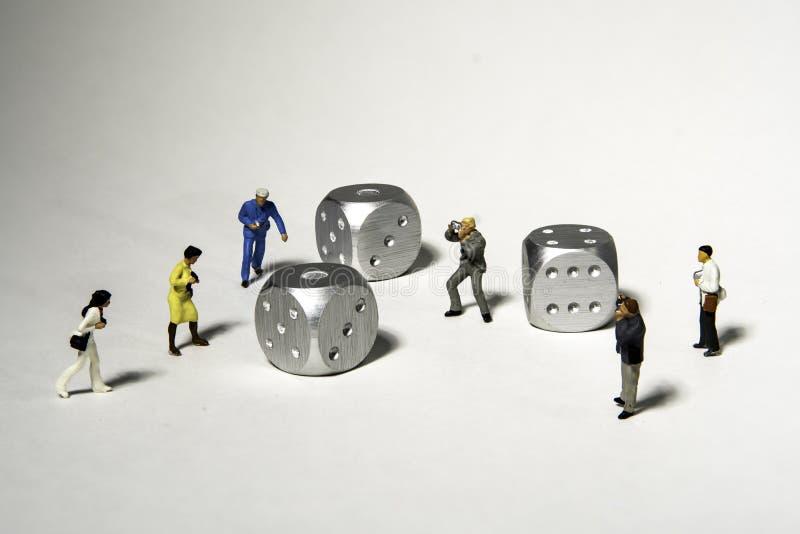 De groep Miniatuurfotografen neemt Beelden van zilver drie dobbelt royalty-vrije stock foto