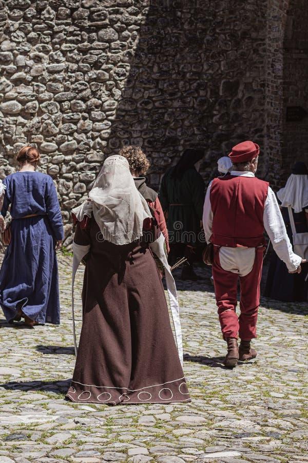 De groep onherkenbare mensen kleedde zich in middeleeuwse kostuums royalty-vrije stock afbeelding