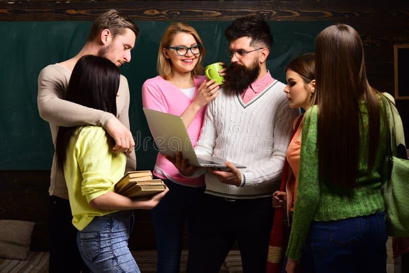 De groep studenten, groupmates brengt tijd met leraar, spreker, professor door Studenten, wetenschappers die na klassen bestudere royalty-vrije stock foto