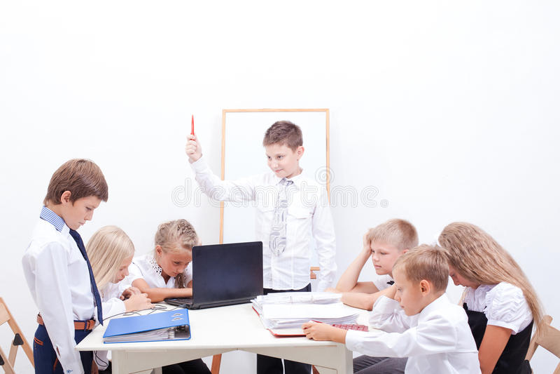 De groep tieners die in zaken zitten stock fotografie